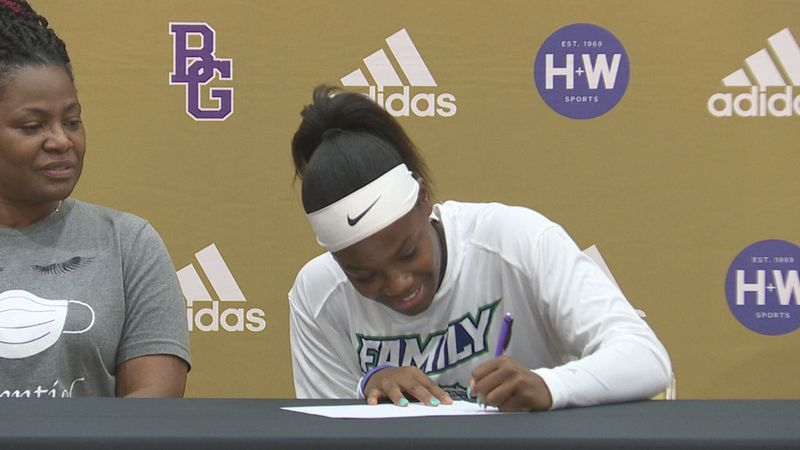 Brown signs with Spoon River College